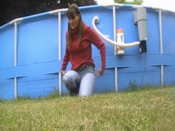 hot woman pooping