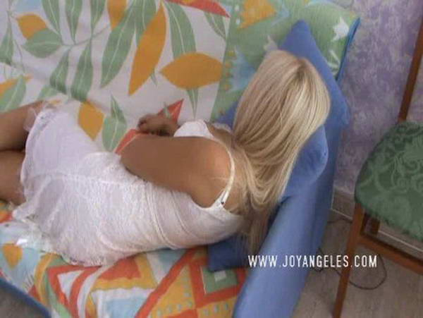 Blond scat maid: scat swallow
